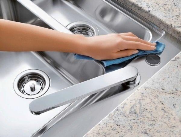 Tẩy sạch mảng bám trên bồn rửa