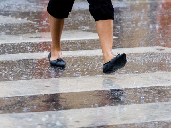 Bạn cần hạn chế đi giày da dưới trời mưa