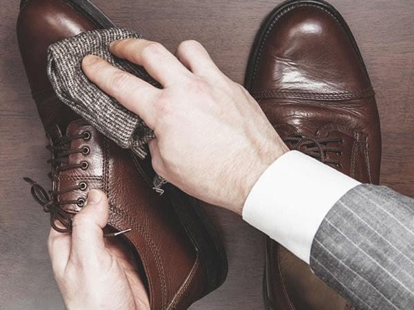 Cần lau chùi lại giày khi vừa đi mưa về
