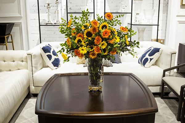 Trang trí phòng khách bằng hoa đồng tiền