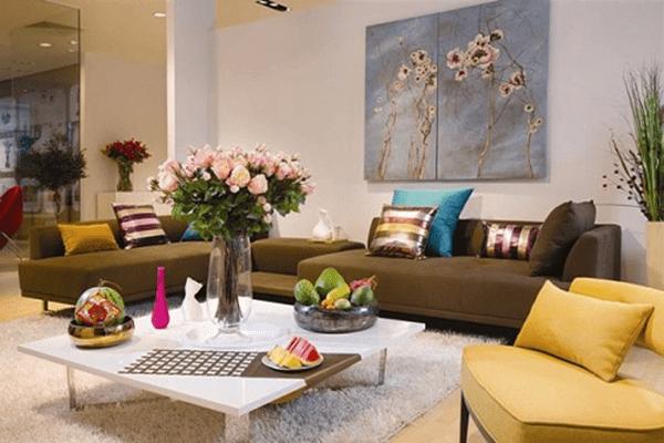 Lựa chọn hoa tươi trang trí phòng khách theo không gian