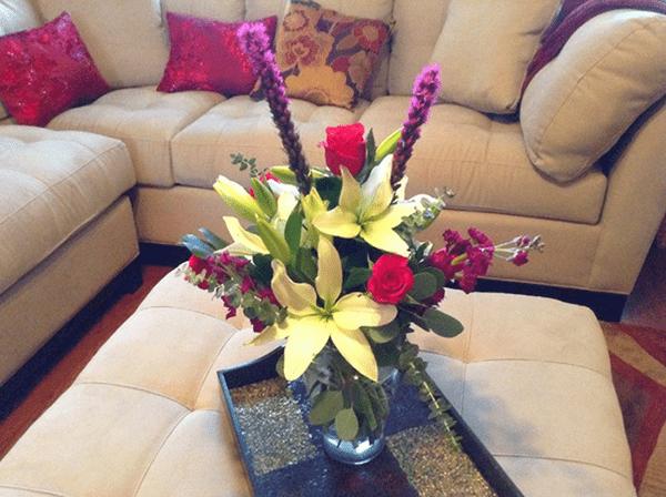 Lựa chọn hoa tươi trang trí phòng khách theo mùi hương của hoa